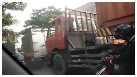 video viral emak emak nekat dorong motor lewat bawah truk