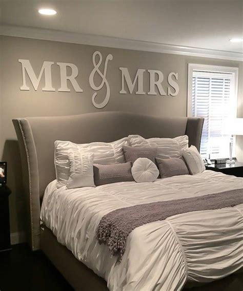 schlafzimmer graues bett schlafzimmer dekorieren wandsticker graues bett graue wand