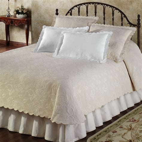 Quilts Coverlets Bedspreads coverlet vs quilt what is significant difference homesfeed