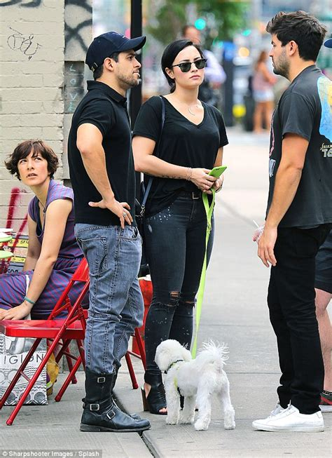 demi lovato et wilmer valderrama demi lovato and wilmer valderrama take their beloved dog