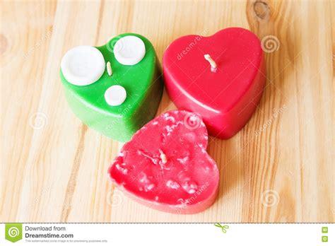 candele scolpite candele rosse e verdi scolpite su superficie di legno