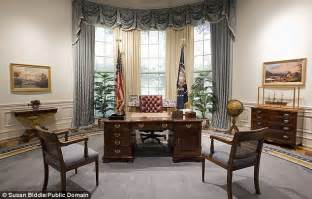 The Desk In The Oval Office Oval Office Desks That Served The Presidents Daily Mail