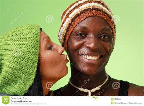 imagenes hombre negro mujer blanca hombre negro del beso de la mujer blanca fotos de archivo