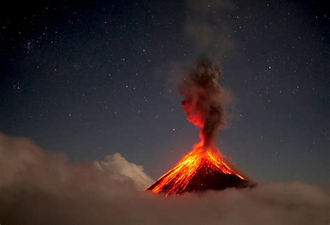 las mejores imagenes en 4k volcan de fuego erupting at night in 4k youtube