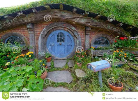 Hobbit Houses New Zealand maison de hobbit avec la porte bleue image 233 ditorial