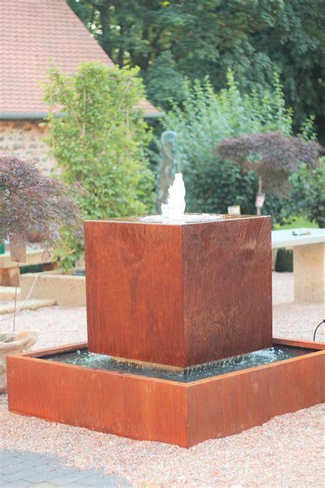 wasserspiel im garten wasserspiel springbrunnen brunnen cortenstahl kubus