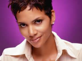 weave hairstyles for rihanna and haille berry cinema incidente sul set per halle berry l attrice sta bene