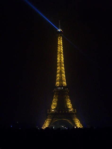 torre eiffel illuminata natale torre eifel illuminata per capodanno viaggi vacanze e