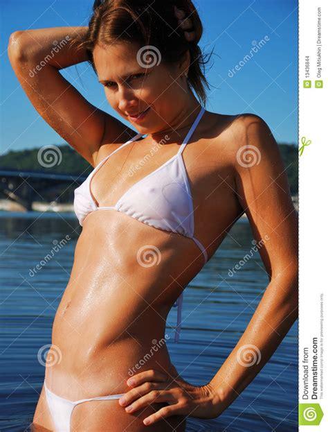 donna si bagna primo piano della donna in bagnato immagini stock