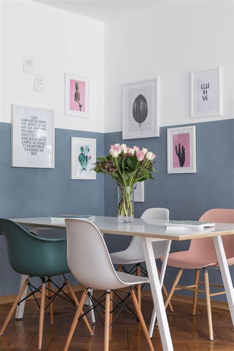 blaue wohnzimmer farbe wand halb blau gestrichen mit gerahmten bildern wohnen