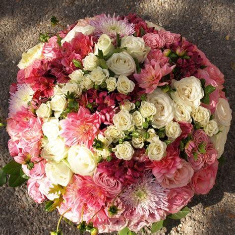coussin de fleurs pour deuil coussin de deuil rond aux teintes pastels pour un bel hommage