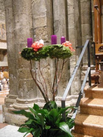 candele di avvento corona con candele dell avvento foto di cattedrale di