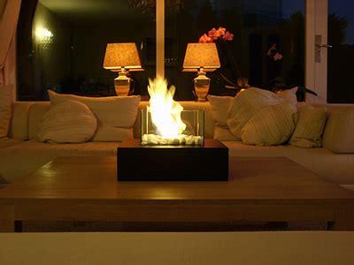 warmte kachel voor op de tafel sfeerhaard binnen verwarming van het huis met brandhout