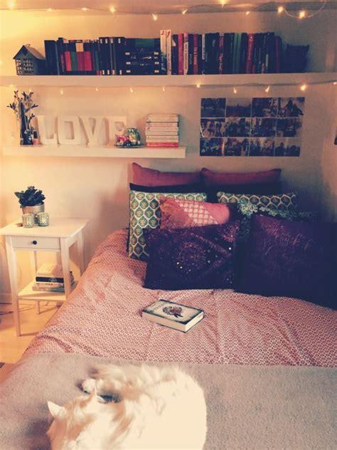 libro three in a bed m 225 s de 25 ideas incre 237 bles sobre estantes para libros en pueblos navide 241 os muestra