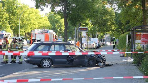 Berlin Auto Rast In Haltestelle by Auto Rast In Bushaltestelle In Tegel Mehrere Verletzte