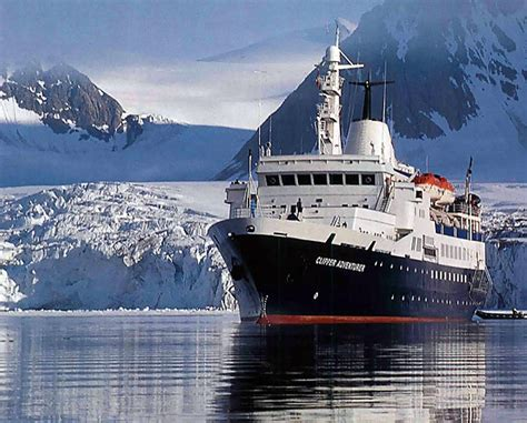 clipper adventurer cruise ship runs aground in the arctic