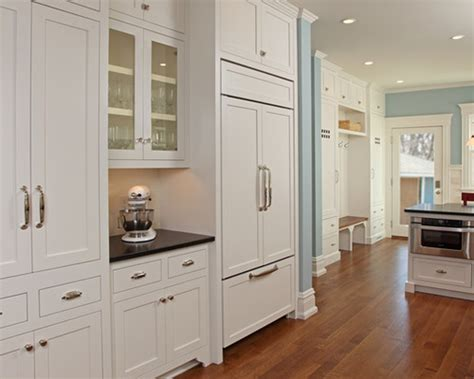 traditional kitchen cabinet hardware can i use different knobs and pulls in the same kitchen