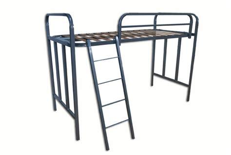 barandilla litera litera de una cama con barandilla y escalera