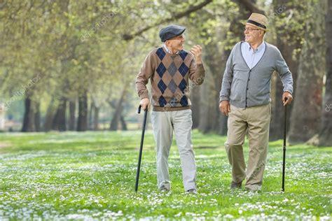 imagenes de viejitos alegres alegres ancianos caminando en un parque foto de stock