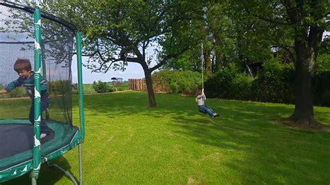 tyrolienne dans jardin pour enfants youtube