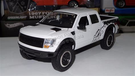 1 24 2011 Ford F 150 Svt Raptor Truck Y1313 1 24 ford f 150 svt raptor 2011 blanco toys display