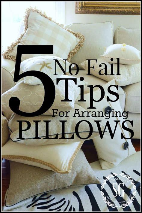 how to arrange pillows on a couch best 25 couch pillow arrangement ideas on pinterest