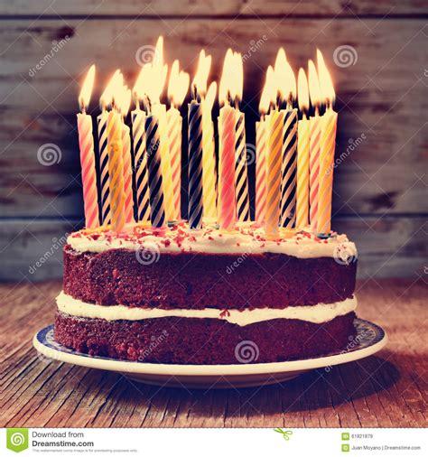 foto candele accese torta di compleanno con alcune candele accese filtrate