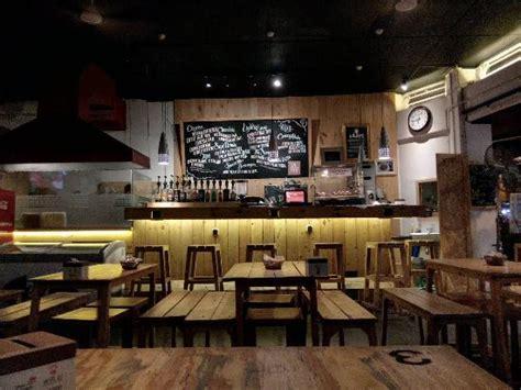desain cafe sederhana tempatnya nyaman bgt woody menu nya juga byk mulai dr