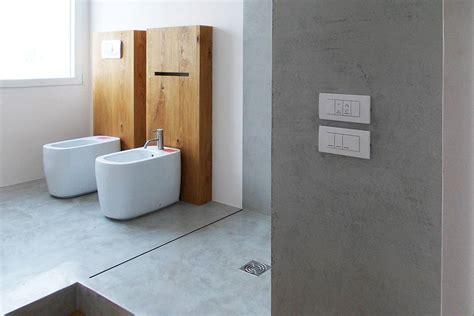 bagno con doccia a pavimento piatto doccia in cemento a filo pavimento concrete