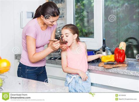 mama e hija cocinando madre e hija que cocinan en casa la cocina foto de archivo