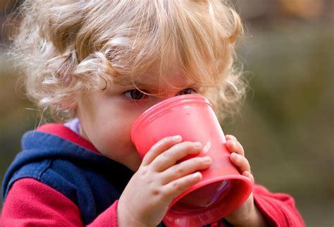 baby ab wann aus becher trinken babygeschirr bestandteile materialien und die bedeutung
