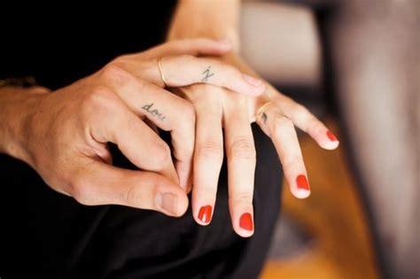 finger tattoo zahlen 82 tattoos in den fingern daumen zeigefinger