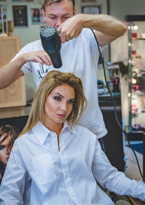 Blowout Hairstyle Tools by Simple Hair Blowout Tips Using A Brush The
