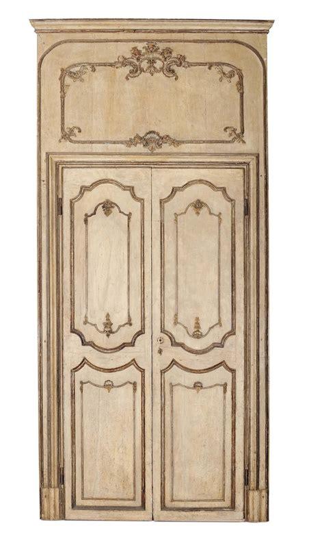 cornici argentate cinque porte a due ante laccate a fondo beige con cornici