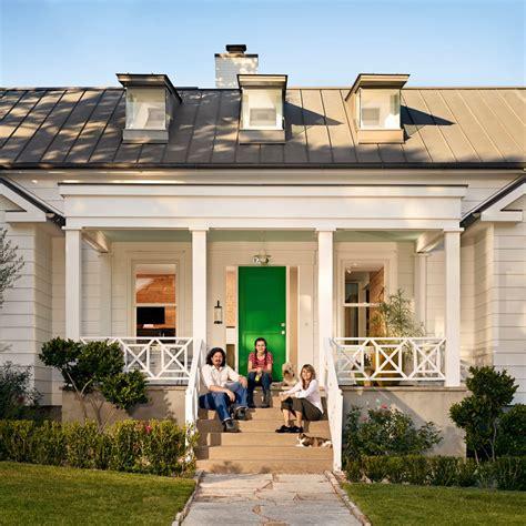 Pena Premium Gaya Klasik rumah klasik kayu dengan gaya modern