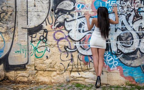 wallpaper dinding grafiti girl posing at the graffiti wall hd desktop wallpaper