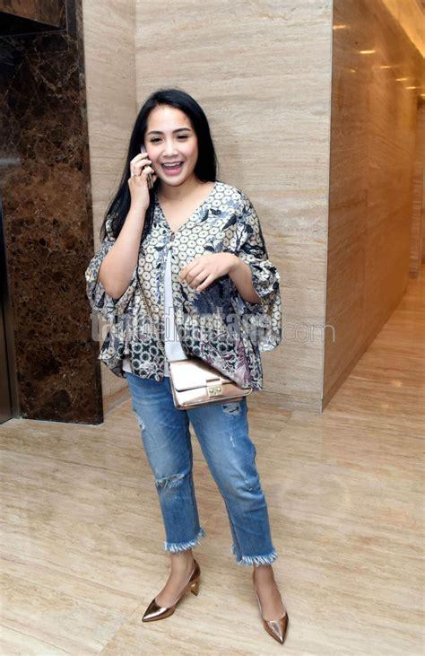Blazer Nagita Slavina nagita slavina memesona kenakan jins robek dan blazer batik tabloidbintang