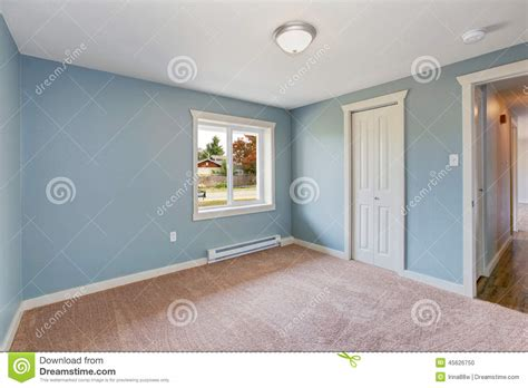 hellblaues schlafzimmer light blue bedroom with closets stock photo image of