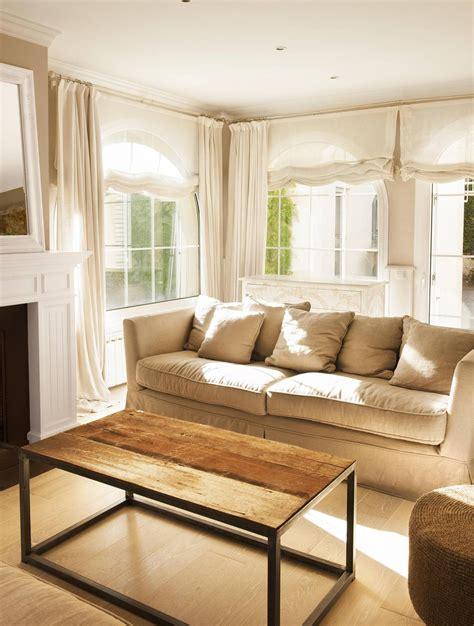 decorar salon tonos marrones sal 243 n en tonos neutros con sof 225 beige cojines grises y