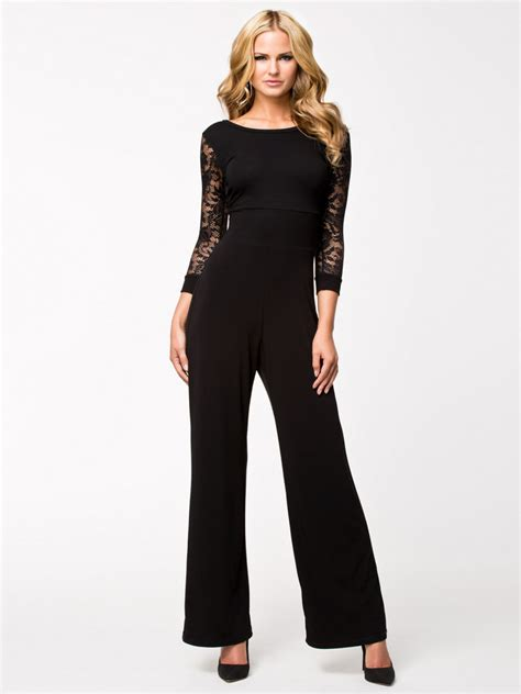 V Sleeve dressed in quontum black lace sleeve v back