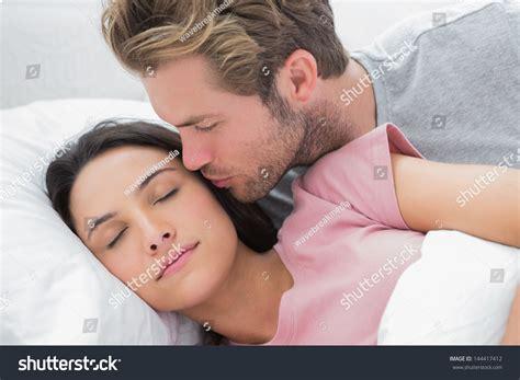 kissing in bed games фото муж спит на глазах у жены