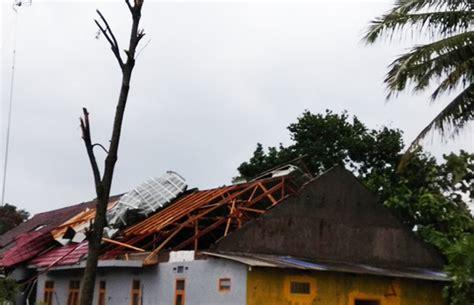 Kasur Angin Di Kota Malang peristiwa angin beliung porak porandakan rumah