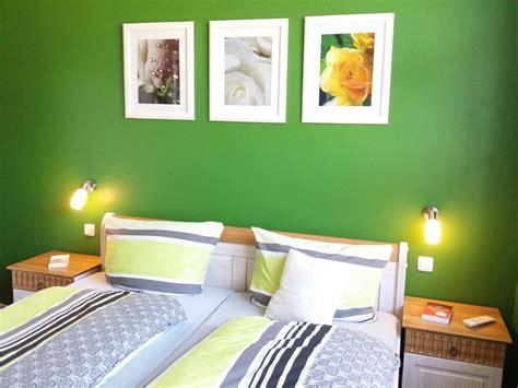 schlafzimmer grün grau wohnwand mit schrankbett