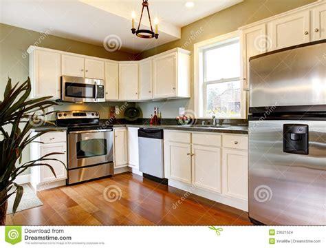 Kitchen Cabinets Nl Klassieke Witte En Groene Nieuwe Keuken Stock Afbeeldingen
