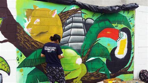 guatemaltecos pintan murales artisticos en santa elena peten