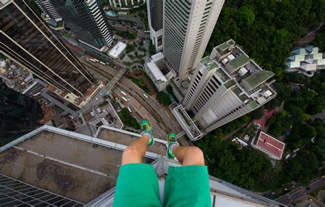 Gopro Di Hongkong adrenaline junkie scales hong kong skyscrapers with