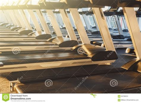 pedane mobili per scale interno moderno della palestra con attrezzatura pedane