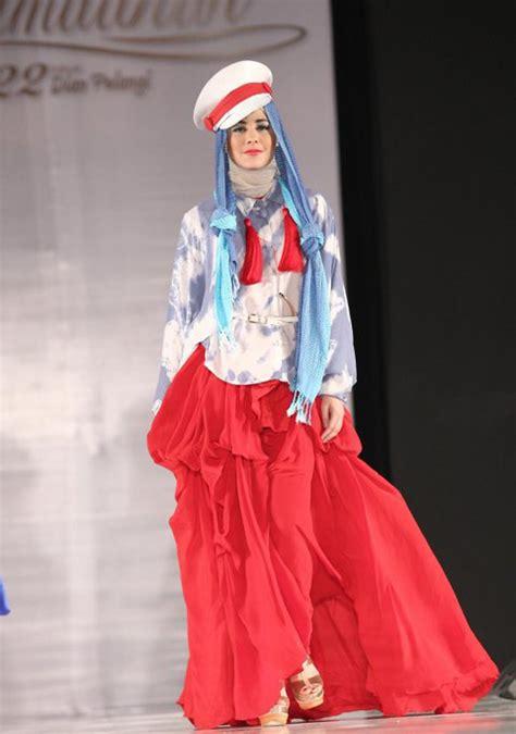 Baju Yulia Rahman cara pakai jilbab ketika seleb menjadi model busana muslim dian pelangi