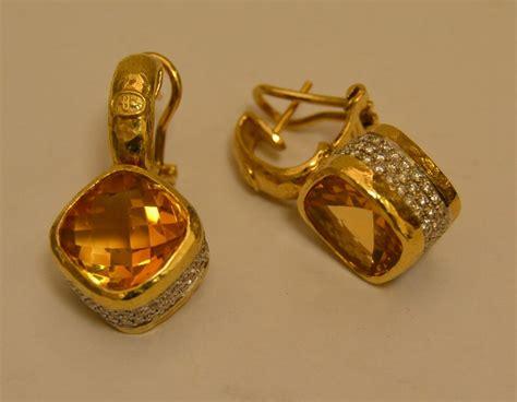 pavè di brillanti paio di orecchini a pendente di forma romboidale con