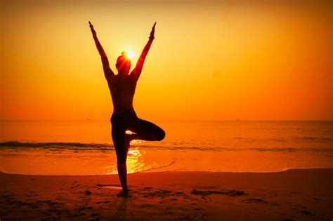 Imagenes Yoga En El Mar | silhueta da mulher com sol atr 225 s baixar fotos gratuitas